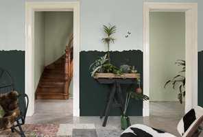 <b>SPENNING:</b> Den todelte veggen med en noe «rufsete» overgang mellom fargene er et spennende dekorelement mot de ensfargede veggene i trappegangen.