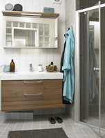 Fargebruken binder materialene sammen og sørger for at det lille rommet ikke oppleves rotete.
