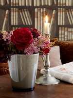 En koselig velkomst med blomst på bordet!