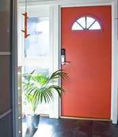 <b>VARM DØR:</b> Om du ikke vil pusse opp hele gangen, kan farge på døren gjøre stor forskjell i en liten entré. Døren her er malt med Elegant Aqua Lakkmaling i fargen S 2060-Y70R fra Beckers. (Foto: Chera Westman/ifi.no)