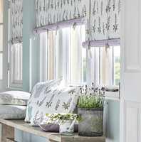 <b>FRISK LUFT:</b> Vegger og listverk malt i lyse, svale farger og tekstiler med naturmotiv skaper atmosfære av frisk sommerluft. Tekstil fra Sanderson/INTAG. (Foto: INTAG)