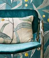 <b>TRE I ETT:</b> Med tapet, stol og en pute kan man bli ønsket friskt velkommen selv på liten plass. Tapet og tekstiler fra Harlequin/Tapethuset. (Foto: Tapethuset)