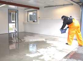 Etter syrebehandlingen må betongen spyles og tørke.