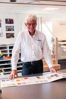 I Stavanger finner vi Norges minst hemmelige agent; Erik W. Andersen (74).  Han er kjent av de fleste, i hvert fall i gulvbransjen, og han har en lang familietradisjon å ta vare på. Allerede i 1890 startet Eriks bestefar med agenturvirksomhet.