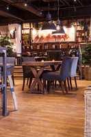 Eksklusivt: LVT-gulvet består av en backing/underside, et print (mønster) og et slitesjikt øverst, som er beregnet for offentlige rom. Gulvet, som ingen andre enn Espresso House har, rulles nå ut på mange av kaffebarene i Norge, Sverige og Finland.