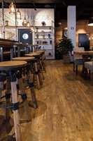 Ser ut som treverk: Gulvet både ser og kjennes ut som treverk. Det henger fint sammen med resten av interiøret, og bidrar til å skape en helhet i kaffebaren.