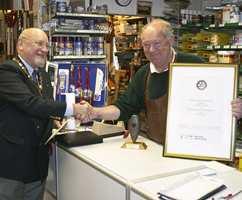 Presidenten i Maridalen Rotary Klubb, Bengt Huseby, kunne i midten av oktober overrekke den nystiftede Etikk-prisen til Odd Gromstad i Grefsen Fargehandel & Kjøkkenutstyr A/S