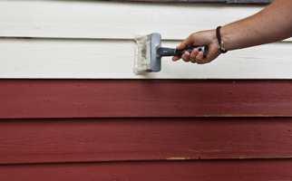 ETTERSTRYK: Når malingen er lagt på med rull, strykes den ut med pensel.