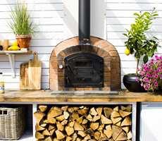 <b>PIZZAOVN:</b> En av de siste anskaffelsene er pizzaovnen. Et fint utgangspunkt for å samles og nyte livet i en avslappende atmosfære.
