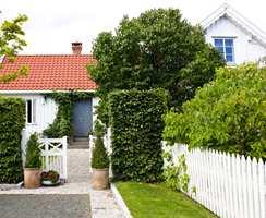 <b>HELHET:</b> Stilen på huset var avgjørende for stilen på hagen uten frekke stilbrudd. Det er derimot mange hyggelige wow-overraskelser bak busker, levegger og hushjørner.