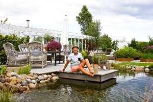 <b>PÅ BRYGGA:</b> Halvor ønsket seg brygge, at det ikke er noen båtplass er underordnet. Den er der for hyggens skyld, og gir et flott vannspeil i hagen.