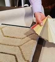 GEOMETRISK: Tepper med mønster kommer mer og mer, og skaper stil og atmosfære. Et geometrisk mønster og farger ton-i-ton med gulv og vegg gir et elegant og sofistikert uttrykk. Teppet er fra Inhouse Group.
