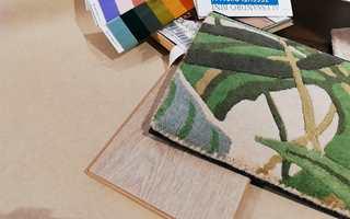 TEPPE: Et teppe med palmemotiv blir et friskt innslag til en lys base. Her er det mange fine farger å spille videre på. Teppet Saderson Manila er fra InHouse Group.