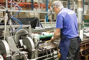 Alle Jordans pensler lages ved en fabrikk i Sverige. Her er spesialbygde maskiner og stort innslag av manuelt arbeid.