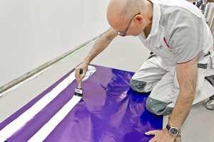 Åke Lundin tester og utvikler pensler for Anza og Jordan. I verkstedet testes kontinuerlig alle maleverktøy.