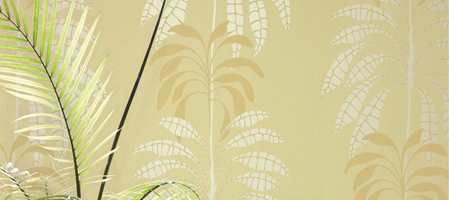 Delikate bladmotiver i behagelige farger. Kontrasten mellom matte flater og blanke detaljer fremhever motivet.