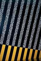 Diagonal veggpynt. Stripene er tegnet opp, deretter tapet og malt. Til mønstereffekten er det brukt en sjablon.