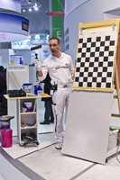 Nei, dette er ikke den nye sjakkbrett-malingen - kun demonstrasjon av malingens fabelaktige dekkevne.