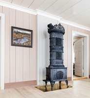 <b>VEGG:</b> Til trehvite gulv passer det fint med lister i en mørkere nyanse enn veggfargen.