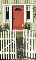 <b>VELKOMMEN:</b> En rødmalt inngangsdør ønsker velkommen inn.