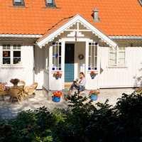<b>LEKKERT:</b> Innbydende med en blåmalt dør til den hvite fasaden.