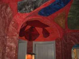 Virtuost vegg- og takmaleri i Geologisk Museum, København, av kunstneren Per Kirkeby.