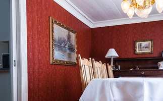 <b>FREMHEVES:</b> Flotte malerier fremheves med farger på veggen.