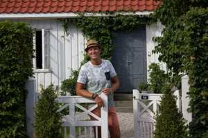 <b>HALVOR:</b> Halvor Bakke ønsker velkommen i porten. Her har stilen på huset vært avgjørende for innrammingen av hagen.