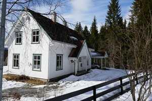 <b>FOKUS:</b> Når gjerdet er mye mørkere enn huset, står huset fram som blikkfanget.
