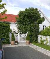 <b>HARMONI:</b> Porten og stakittet rammer inn huset og hagen på en harmonisk måte.
