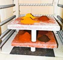 <b>FARGETEKNIKK:</b> Brenning av jordpigmenter for å manipulere og høyne fargetemperaturen. Kuløren kan endres drastisk, som regel mot varmere toner. De samme pigmentene brukt i stucco lustro-utprøving.