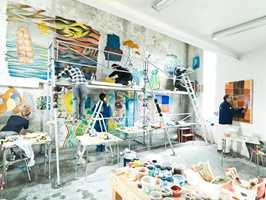 <b>UNDERVISER:</b> Myrvoll har lenge vært knyttet til Ålesund Kunstfagskole som har undervisning i fresco og murale teknikker. Her med elevene.