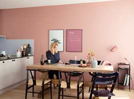 Veggene på kjøkkenet er malt med Butinox Interiør Kjøkken & Bad i farge 5896 Slør. Tavlen er malt med tavlemaling i farge 5897 Plomme, TRIPP TRAPP-stolen er malt med Quick Bengalakk i farge 5895 Mørk Sjø. Gulvet er lakkert med TreStjerner Gulvmatt.