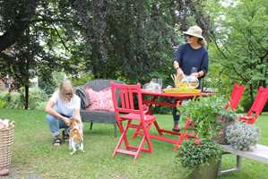 <b>HYGGE:</b> Etter noen strøk maling ble de dumpede møblene et hyggelig samlingssted i hagen.
