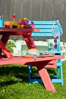 Det er duket for fest for både store og små. Et tips er å male ulike møbler i forskjellige farger, så kan du mikse og matche som du vil.