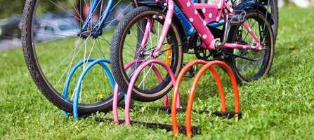 Et lite sykkelstativ er en praktisk innretning for å holde orden på familiens sykler. Vårt stativ er nylig innkjøpt og trengte ingen oppussing, men litt farge gjør et litt kjedelig utemøbel langt mer tiltalende. Dessuten valgte vi ulike farger i samsvar med fargen på syklene til de ulike familiemedlemmene.