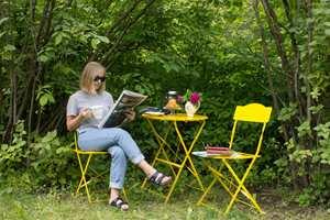 <b>GUL GLEDE:</b> Hva vekker vel sommerfølelsen mer enn frokost ute i det fri, på friske, gule møbler?