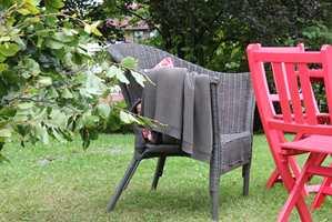 <b>VÅRKLAR:</b> Denne kurvstolen var en gang gammel og slitt. Med litt maling ble den god som ny, og er klar for mange sesonger.