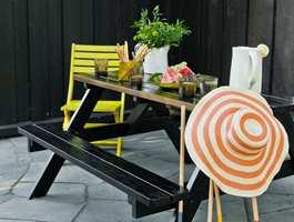 Lek deg med ulike glansgrader for å oppnå tøffe effekter. Her er det brukt blank maling på bordplate og sittebenk, i kombinasjon med en matt maling på understellet.