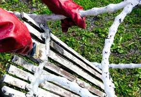 Få den gamle trebenken god som ny ved å fjerne den gamle malingen. Da er den også klar for nye farger når lysten kommer.