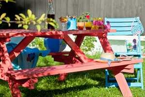 Hagemøbler i spreke farger gir unektelig en helt spesiell sommerstemning.