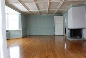 <b>FØR:</b> Denne stuen i sommerhuset til Finn Schjøll skal snart få nye farger.