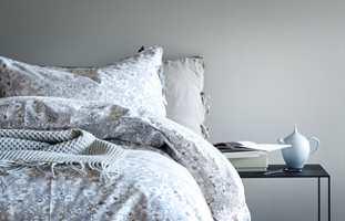 <b>TON-I-TON:</b> Det er mange kombinasjonsmuligheter når koden er kjent. med utgangspunkt i R90B. Dette soverommet har malte vegger i en sortaktig, lys nyanse, mens tekstilene og andre elementer har i seg andre nyanser av fargen. Sammen skaper de en lys og sval atmosfære. (Foto: Høie)