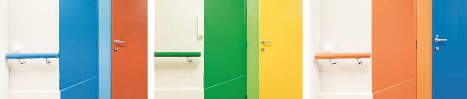 <b>FINNER FREM MED FARGER:</b> Fargerike dører på sykehjem stimulerer demente og hjelper dem i orienteringen.