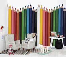 Hvis en av veggene kles med tapet som skal fargelegges, passer jo et fototapet med fargestifter bra til en tilstøtende flate!