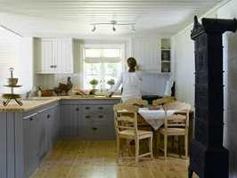 Takhøyden på kjøkkenet er noe lav, og derfor ble himlingen påført en hvitpigmentert beis.