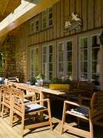 Terrassen er vendt mot vannet og er et yndet samlingssted for familien.