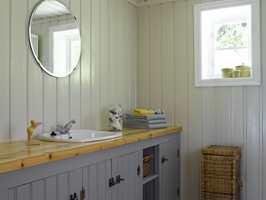 Også innredningen på badet er beholdt, men malt.