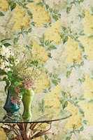 <b>SYRIN:</b> Med disse friske syrinblomstene kan også luktesansen lures til å tro på vår og sommer og gi et ekstra kick. Tapet fra Cole & Son, kolleksjon Botanical, føres av Borge.