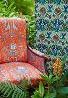 <b>STOL:</b> Trekk en gammel stol i et tekstil med friske farger, så har du en god energipille til entreen eller stua. Stoffet på denne stolen er fra Borge, kolleksjon Animalia.